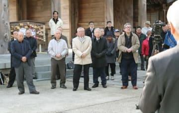 県議選候補者の第一声を聞く支持者たち。県政、新潟市政の行方を占う選挙戦が始まった=29日午前8時30分すぎ、新潟市中央区