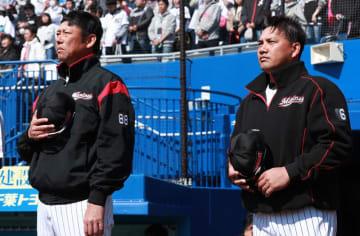 「プロは気付くかどうかで人生は大きく変わる」と話した鳥越ヘッドコーチ(左)。右は井口監督=3月、ZOZOマリン