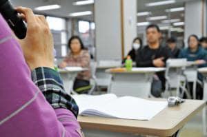性的少数者への理解を広めようと宮崎大の学生グループが開いた性同一性障害の女性の講演会=12日午後、宮崎市の同大学