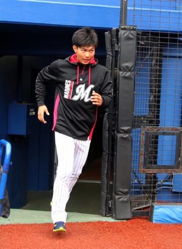 ZOZOマリンスタジアムのグラウンドに入る千葉ロッテ・藤原外野手=29日午後
