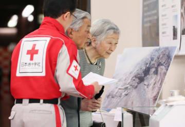 即位30年を記念した写真展「平成の災害と赤十字」を鑑賞される天皇、皇后両陛下=29日午後、東京都港区の日本赤十字社(代表撮影)