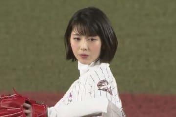始球式に登場した女優の浜辺美波さん【画像:(C)PLM】