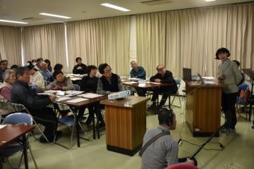 津波に備えるセミナーで研究成果の説明をする村上准教授(右)