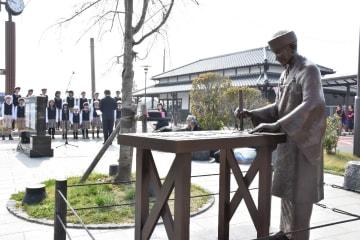 JR小城駅前に設置された中林梧竹の立像。除幕式では、地元の子どもたちが賛歌を披露した=小城市