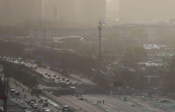 黄砂に覆われた北京市内=29日(共同)