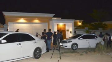 振り込め詐欺の拠点となった家の前に集まった報道関係者ら=29日、タイ・パタヤ(共同)