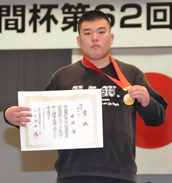 全国高校選抜レスリング大会個人戦125キロ級優勝の出頭海(鹿島学園)=新潟市体育館