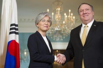 ポンペオ米国務長官(右)と韓国の康京和外相=29日、ワシントン(AP=共同)