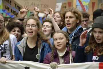 地球温暖化対策を訴え、デモ行進するグレタ・トゥンベリさん(前列中央右)=29日、ベルリン(共同)