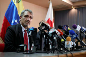 記者会見する国際赤十字・赤新月社連盟のロッカ会長=29日、ベネズエラ・カラカス(ロイター=共同)