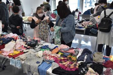 子どもに合ったサイズの洋服を選ぶ参加者=北茨城市磯原町