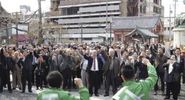 【出陣式で拳を挙げて決起する候補者ら=津市内で(画像の一部を加工しています)】
