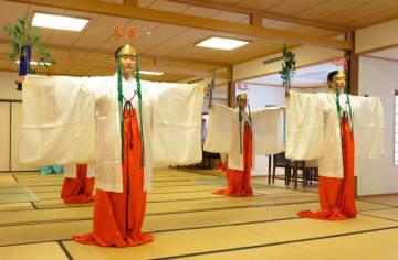 【「倭舞」を練習する新人舞女たち=伊勢市の伊勢神宮内宮で】
