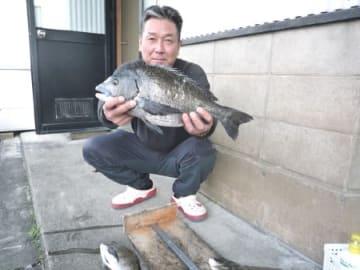 上木さん(福井市)が鮎川で釣り上げた48.5センチのチヌ