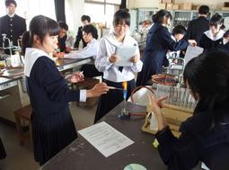 京都大の教授を招き、化学実験に励む科学総合コースの2年生=2018年10月、小野高校(同校提供)