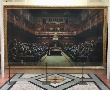 英南西部のブリストル市立博物館・美術館に展示されたバンクシーの作品。英下院を模した場所に無数のチンパンジーが描かれている(同館提供・共同)