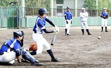 リラックスした雰囲気で練習に励む啓新の選手ら=3月29日、兵庫県西宮市の鳴尾浜臨海野球場