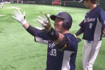 8回に同点満塁ホームランを放った西武・山川穂高【画像:(C)PLM】