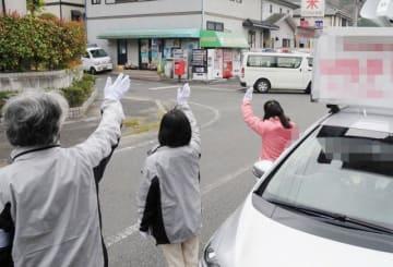 住宅街で支持を訴える岡山県議選の候補者陣営=岡山市内(画像の一部を加工しています)