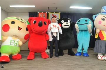 とちまるくん(左端)などと一緒にプログラムをPRする桜田五輪相=29日午前、東京都内