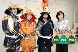 甲冑の衣装でのろしイベントをPRする市民団体3組の代表ら=丹波市柏原町柏原、県柏原総合庁舎