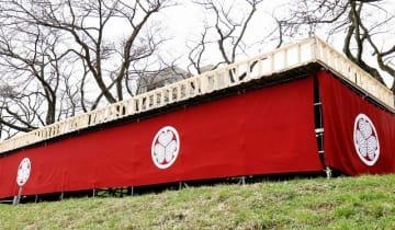 足羽川左岸堤防に設けられた桟敷席「桜床」。越前松平家の家紋が入った陣幕が目を引く=福井県福井市つくも1丁目