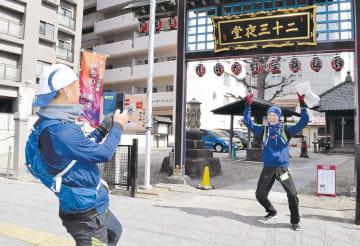 コース周辺の名所を撮影するランナー=仙台市青葉区北目町