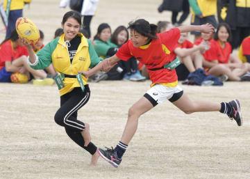 交流を深めるためのタグラグビー大会でプレーするベトナムと日本の子どもたち=30日午後、東京都府中市