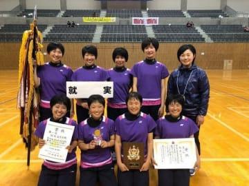 ソフトテニス女子団体で13年ぶりの頂点に立った就実の選手ら=愛知県豊田市総合体育館