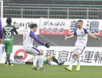 岐阜―サンガ 後半26分、先制ゴールを決めて喜ぶジュニーニョ(右)とエスクデロ=長良川競技場