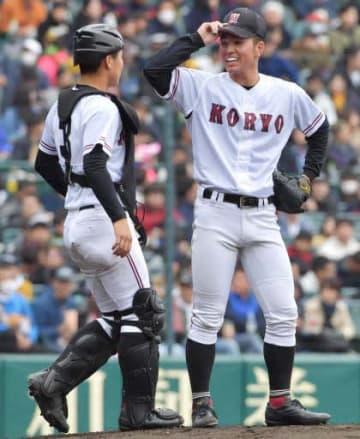 三回、本塁打を浴びて鉤流大遂捕手(左)に声をかけられる河野佳投手