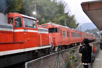 機関車(左)にけん引され、志和口駅を出発する気動車