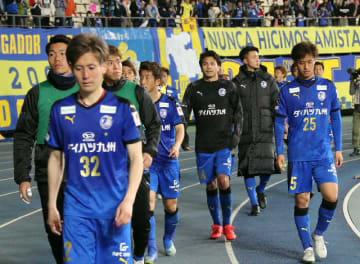 【大分―広島】広島に敗れ、引き上げるトリニータの選手たち=昭和電工ドーム大分