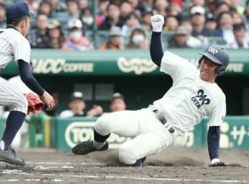 【明石商―大分】1回裏大分、無死二、三塁、足立がバッテリー間ミスに痛めた足で本塁を狙うも生還は阻まれる=甲子園