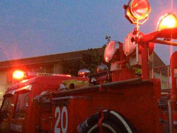 住宅火災、4人が救急搬送