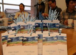 約4千枚を作成し、配布の準備が整った「空色の栞」=川西市小花1