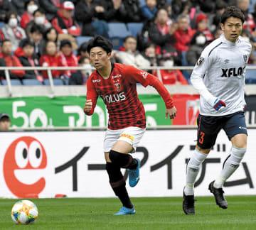 浦和-FC東京 後半1分、浦和の武藤(左)がドリブル突破する