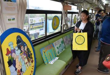 ムーミンのキャラを使った鉄道グッズなどが展示された車内=30日、大多喜町