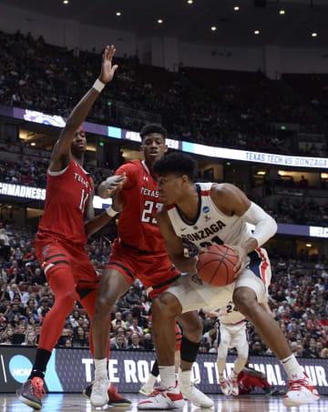 バスケットボール男子の全米大学選手権(NCAAトーナメント)準々決勝、テキサス工科大戦で相手選手と競り合うゴンザガ大の八村塁(右)=30日、アナハイム(USA TODAY・ロイター=共同)