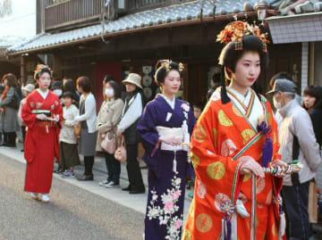 佐伯市中心部を練り歩く「菊姫行列」=30日