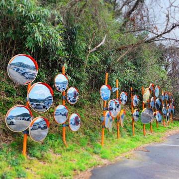 駐車場にずらりと並ぶカーブミラー=福井県福井市串野町のナック・ケイ・エス