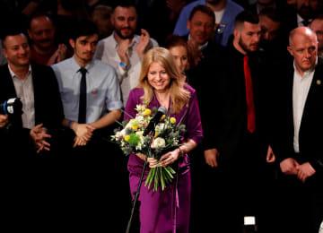 花束を受け取るスロバキア大統領選候補のチャプトバ氏=30日、ブラチスラバ(ロイター=共同)