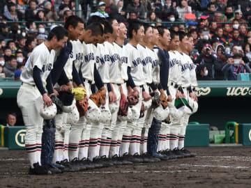 市和歌山を4-3で下し校歌を歌う習志野の選手たち=28日午後、甲子園球場