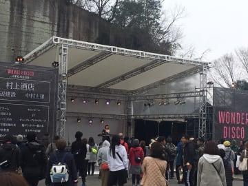大谷石の採石跡で野外音楽フェスティバルを楽しむ来場者たち=30日午後、宇都宮市大谷町