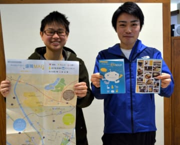 外国人向けに作った地図の完成を喜ぶ神尾真大郎代表(右)と高鈺晴さん