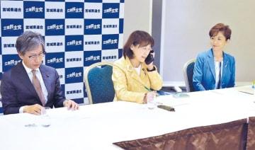 26日の常任幹事会終了後、電話で菅原氏に出馬要請する岡本代表(中央)