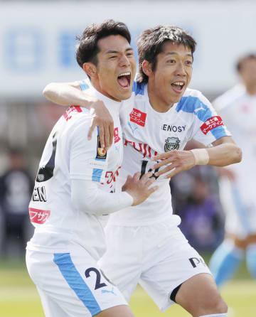 松本―川崎 前半、先制ゴールを決め、中村(右)と喜ぶ川崎・知念=サンアル