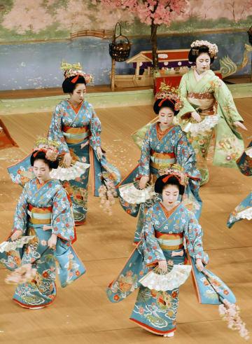 「都をどり」を前に、南座で行われたけいこの総仕上げ「大ざらえ」で舞を披露する舞妓=31日午後、京都市