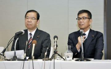 衆院大阪12区補選への立候補を表明する宮本岳志衆院議員。左は共産党の志位委員長=31日午後、大阪市