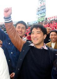 かつてのチームメートらに声援を送る右田治信さん=31日午後、西宮市の甲子園球場